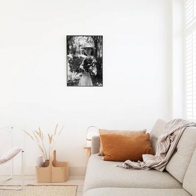 꽃을 든 햅번 - 홈데코 사진포스터 (a2)