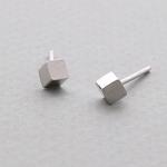 제이로렌 M01392 모던한 웨지 스타일의 사각 입체 실버 귀걸이