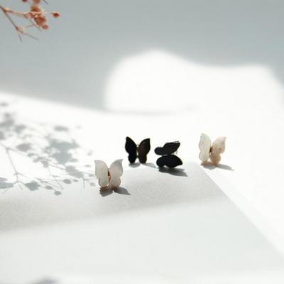 제이로렌 9M01540 크림빛 컬러감 자개 나비귀걸이