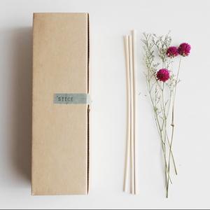 책상 위 꽃한다발 드라이플라워+리드스틱